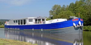 Hotel Barge ENCHANTE - Barging in France - www.BargeCharters.com