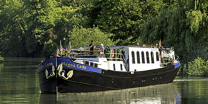 Hotel Barge MAGNA CARTA - Barging in England Britain - www.BargeCharters.com